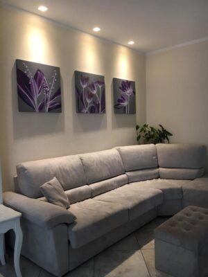 Quadri moderni con fiori lilla zona living